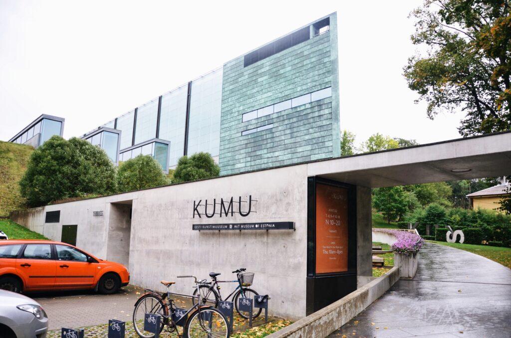 Wejście do Muzeum KUMU